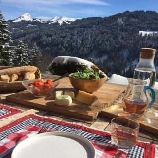 If you would like to enjoy this lunch spot....and those views, meet the Moose, soak up some warmth after a day on the slopes....and unwind... you should book this place.. Chalet Roc Remi... in the spotlight 🤩